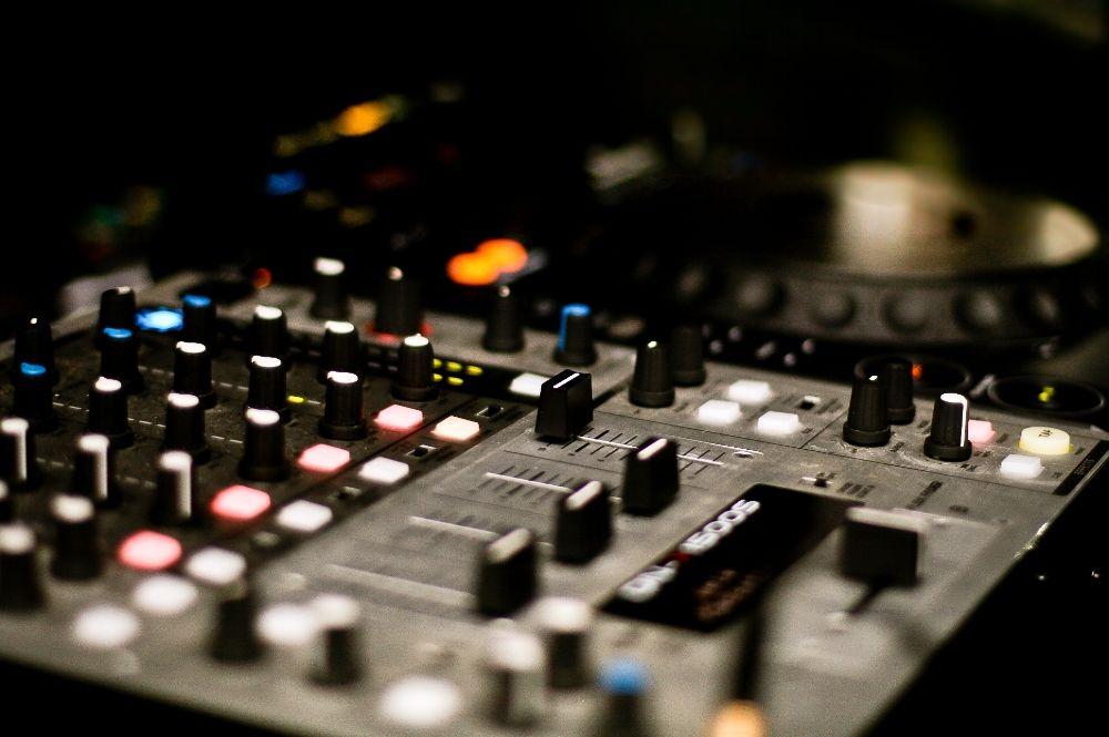 How Much Should Your Wedding Dj Cost Nice Entertainment Music Mixer Wedding Dj Audio