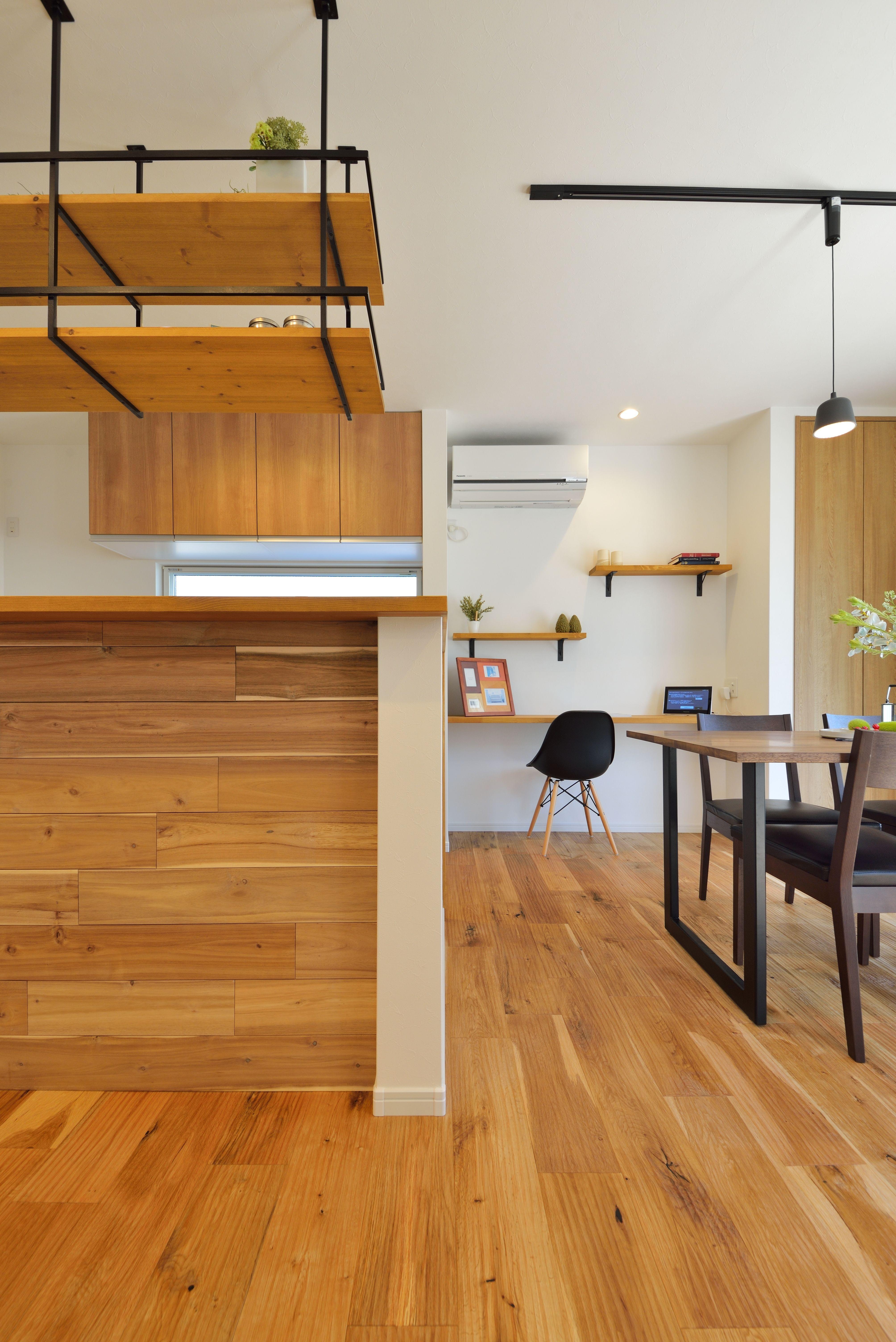 キッチン 腰壁には ホワイトウォールナット の羽目板でアクセント 上部に設けた吊り棚はアイアンの強さと素材の美しさが際立つオリジナルのデザイン リビング 造作