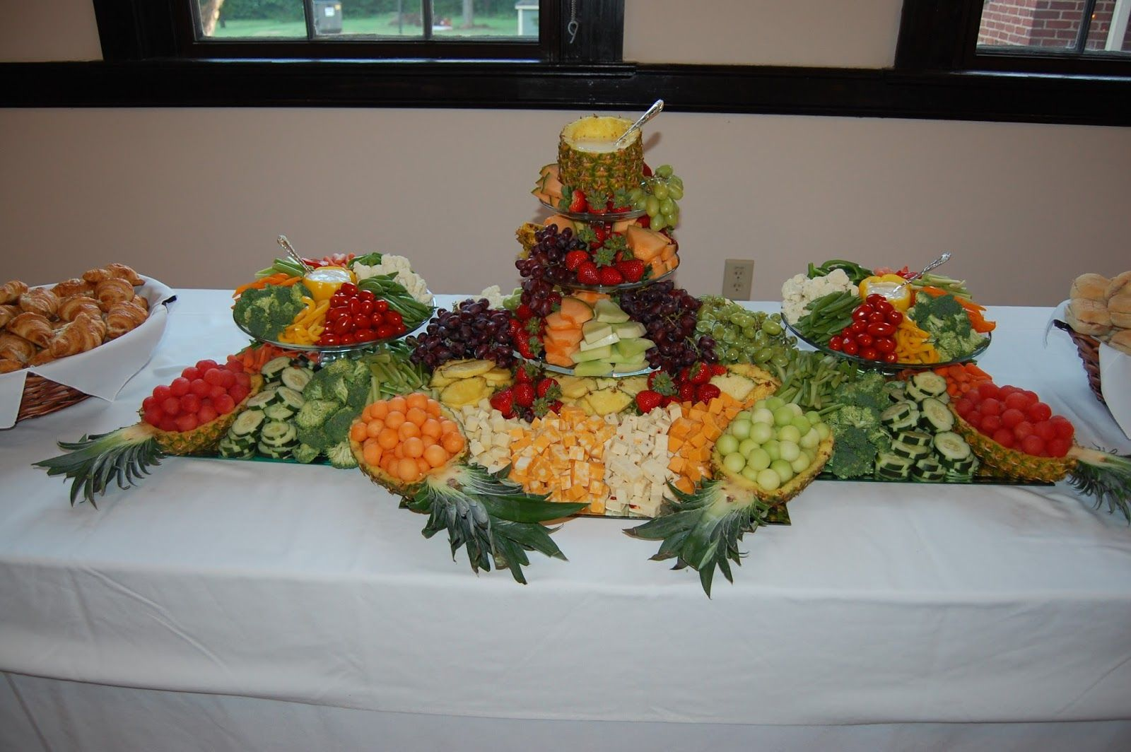 Wedding Vegetable Tray Similar To This Fruit Tray I Did Before For An Anniversary Party I Vegetable Tray Vegetable And Fruit Tray Fruit Tray