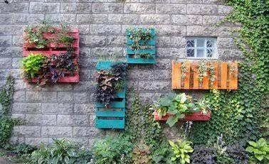 Amenager Son Jardin Avec Des Meubles En Palettes Bois Jardiniere En Bois Idees Jardin Et Mur Vegetal Palette