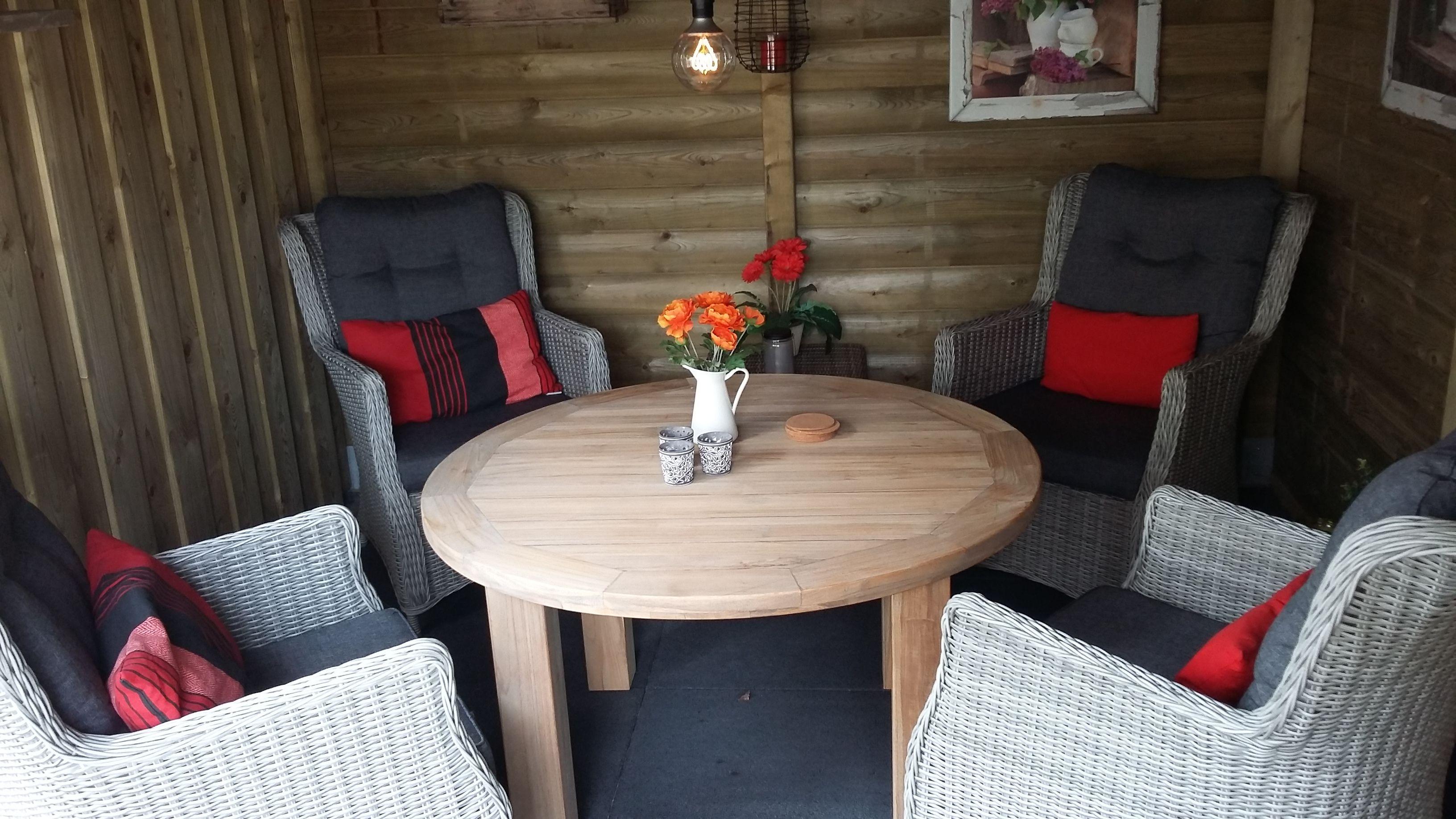 Tuinset bestaande uit ronde tafel van hout met vier grote
