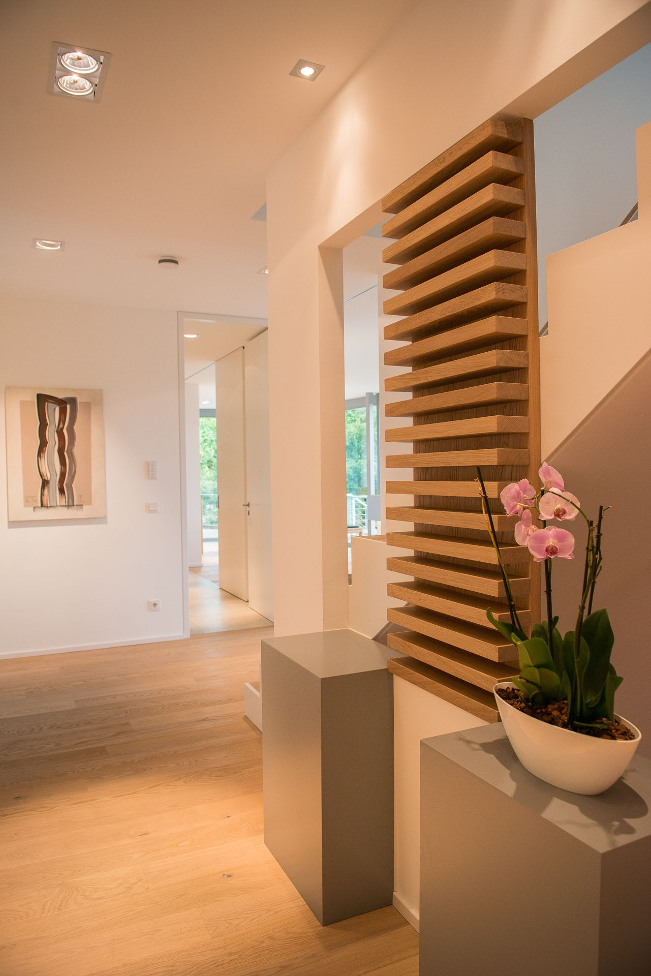 zeitlose betontreppe mit holz belegt und trockenbauverkleidung