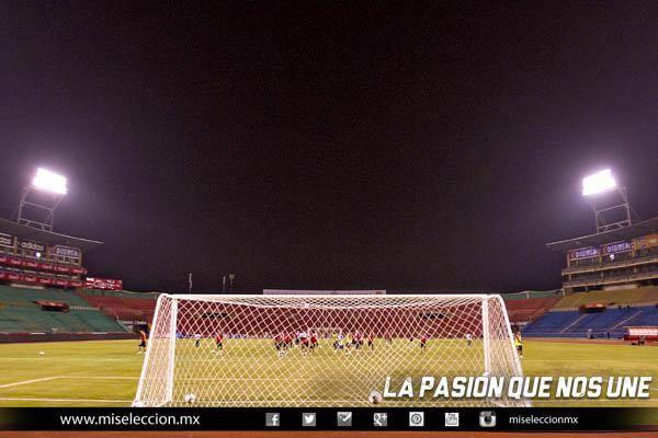 La Selección Mexicana durante el reconocimiento de la cancha del Estadio #seleccionmexicana #mexico #futbol #soccer #sports