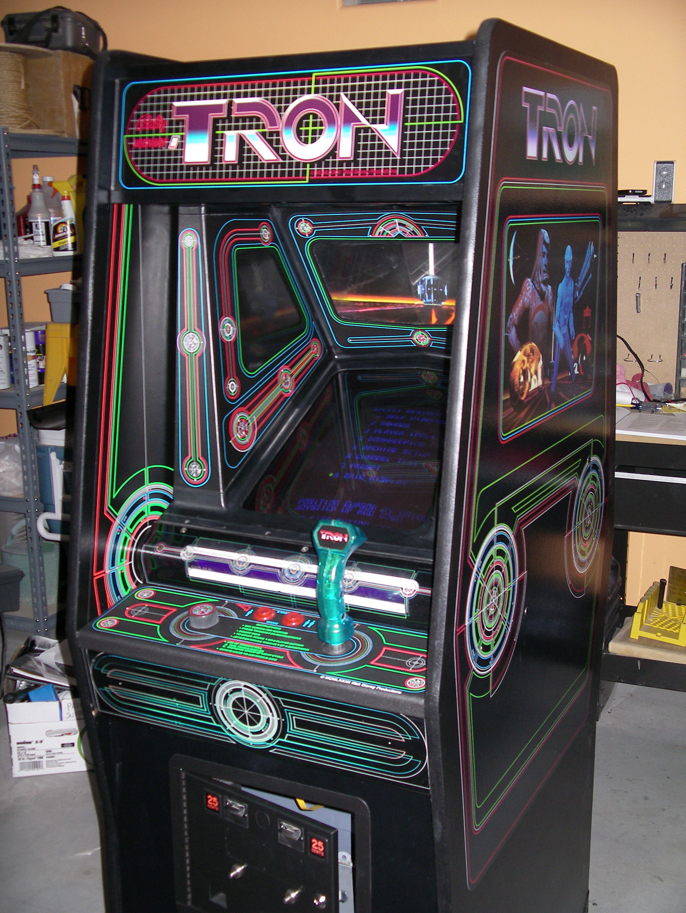 TRON - La borne d'arcade Les 4 minijeux sont : Course de Light Cycle. Grid Bugs. MCP Cone. Tanks.