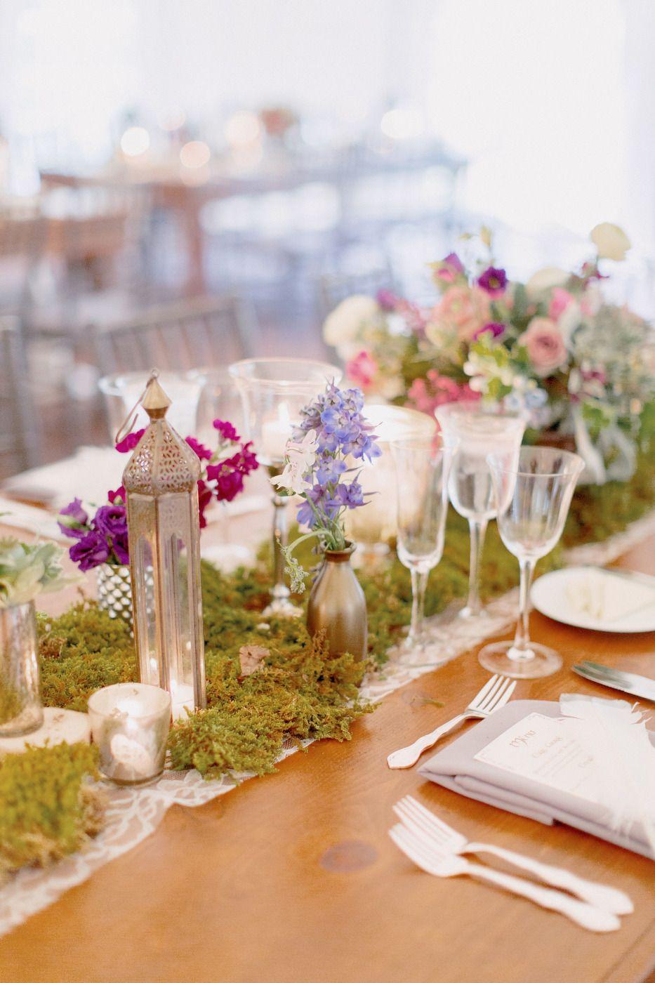 Decoración de mesa con musgo