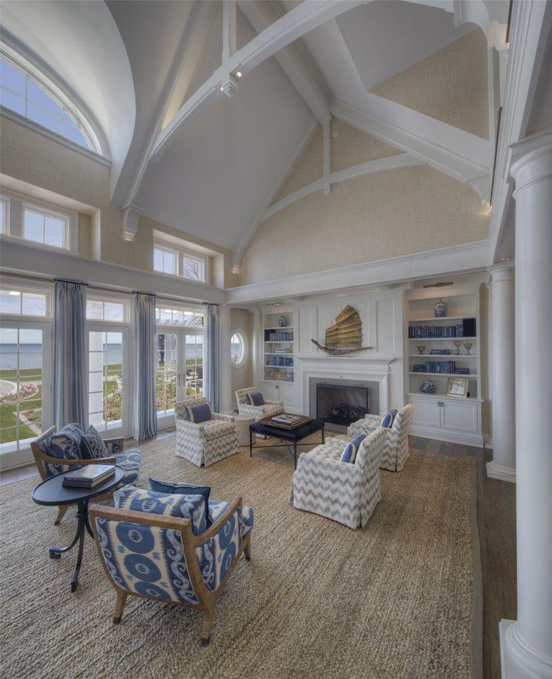 Photo of Schönes Haus im Küstenschindelstil, eingebettet entlang des Michigansees