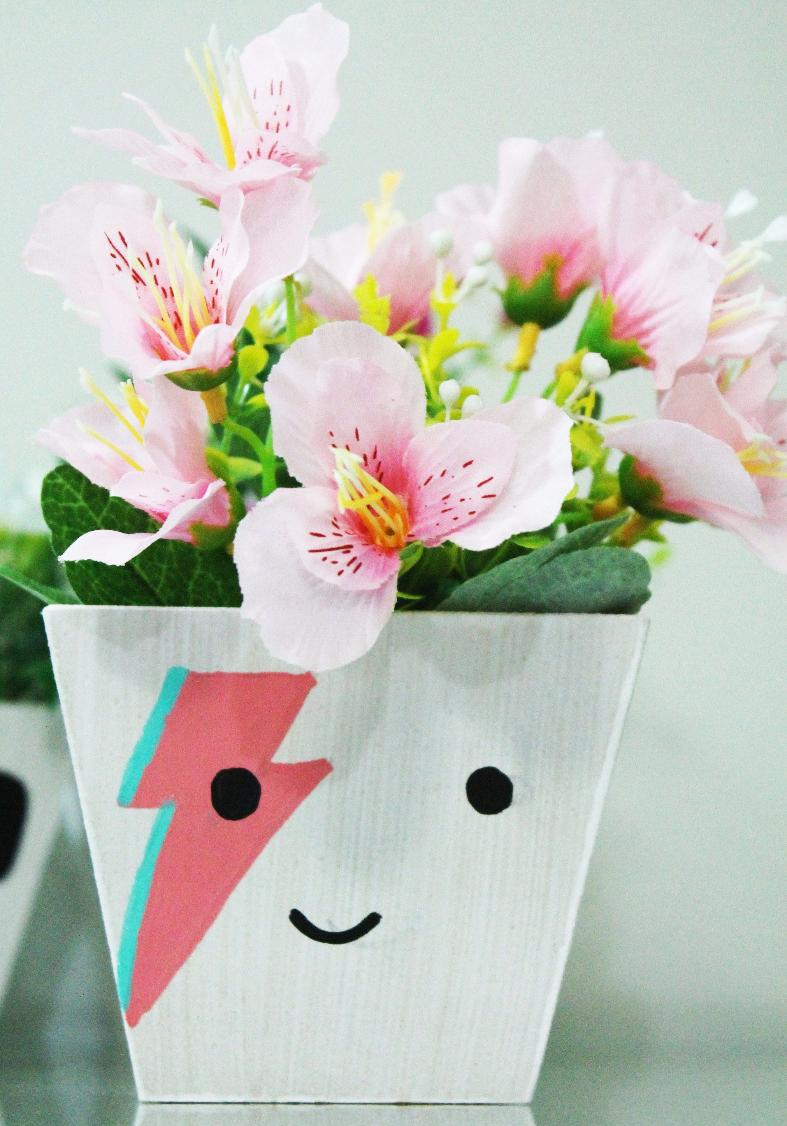 vasos para planta pintados com inspiração no rock and roll: inspire-se para fazer vasos pintados com a cara do Freddie Mercury, David Bowie e Gene Simmons