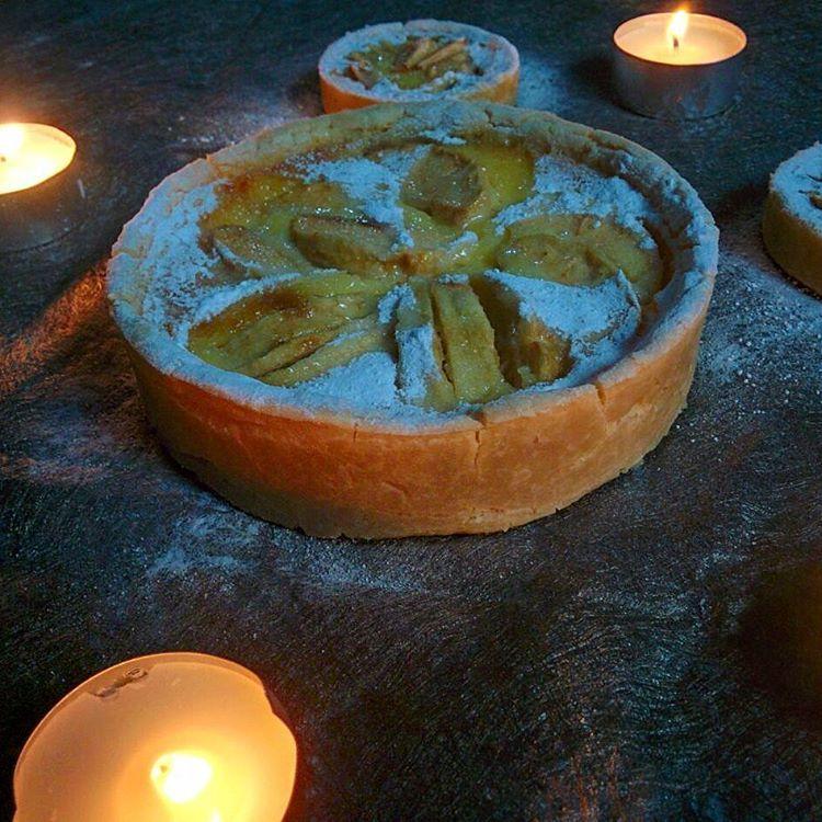 Best selling... cuma 55K saja tunggu apa lagi. Dikasih lilin jadi dessert romantis buat pasangan suami-istri atau klo kamu jomblo buat dibawa ke rumah camer pasti langsung direstui karena nggak cuma lumer dimulut tapi bikin lumer hati juga lho buktikan!  #appletart #apple #applepie #tart #tarte #pie #kulinerjakarta #kulinerbintaro #jakartafood
