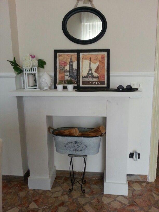 Finto camino in legno dipinto con pittura bianca a base for Cornice camino gesso