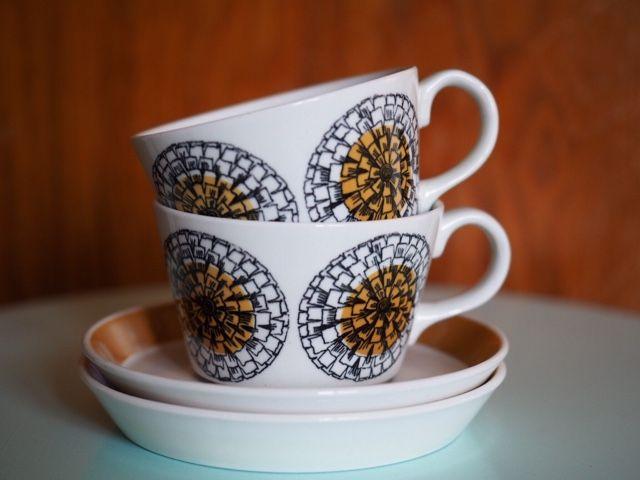 Keltainen kahvipannu: Kirppiskierrokselta kotiin kannettua  Esteri Tomula, Kehäkukka, kahvikuppi. Coffee cup