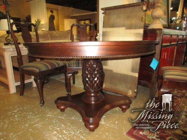 Handsome Traditional Style Dining Table On A Pineapple