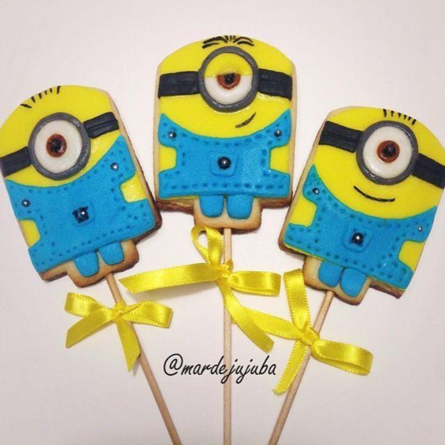 Minions no palito!!!!! .  Além de divertidos, os biscoitinhos são delicosamente amanteigados e você pode escolher o sabor! 🍪 Chocolate, baunilha ou a aromatização de sua preferência! ✔️Encomende por Whats, Face ou Direct! #Minions #minionsnopalito #biscoito #biscoitodeminion #biscoitomonion #biscoitosnopalito #lembrancinha #lembrancinhas #festainfantil #festa #cookies #minioscookies #instagood #instafood #picoftheday #mardejujuba