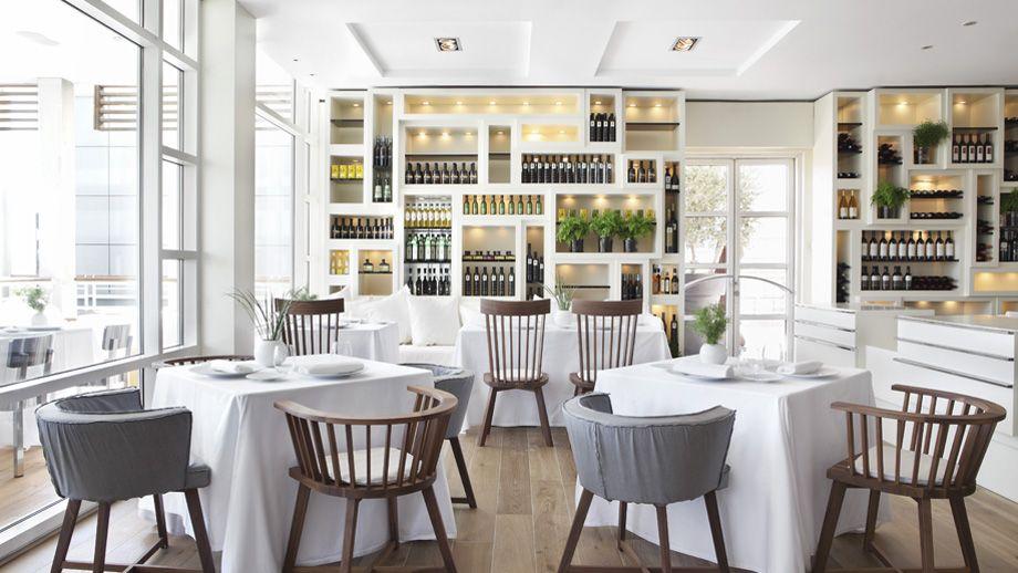 Colección de vinos en un hotel con un diseño característico de Barcelona.