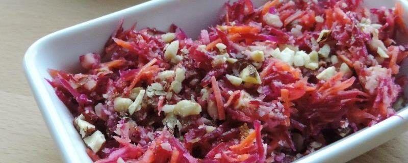 Rauwkost slaatje met rode biet, wortel, appel en noten