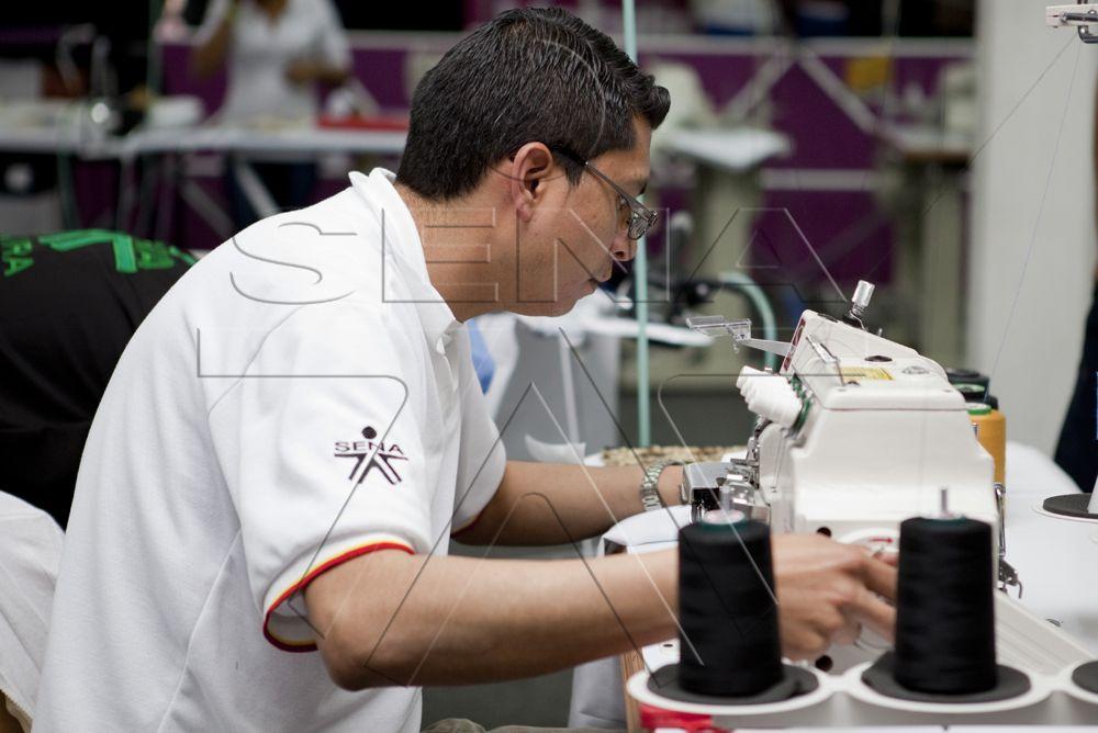 Aprendiz durante competencia Worldskills Colombia 2012 en habilidad de diseño de modas