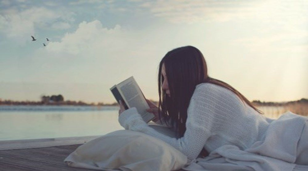 Um romance pode ajudar a moderar a ansiedade? E acalma a raiva? Um programa inglês quer provar que sim