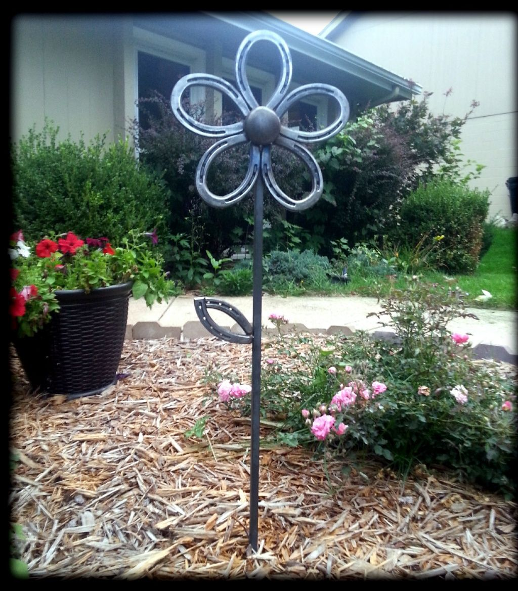 Horse shoe yard flower | Home Decor | Pinterest | Horse shoes, Yards ...