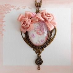 Collier romantique fleurs, style shabby chic, cabochon verre, médaillon bronze, fleurs satin