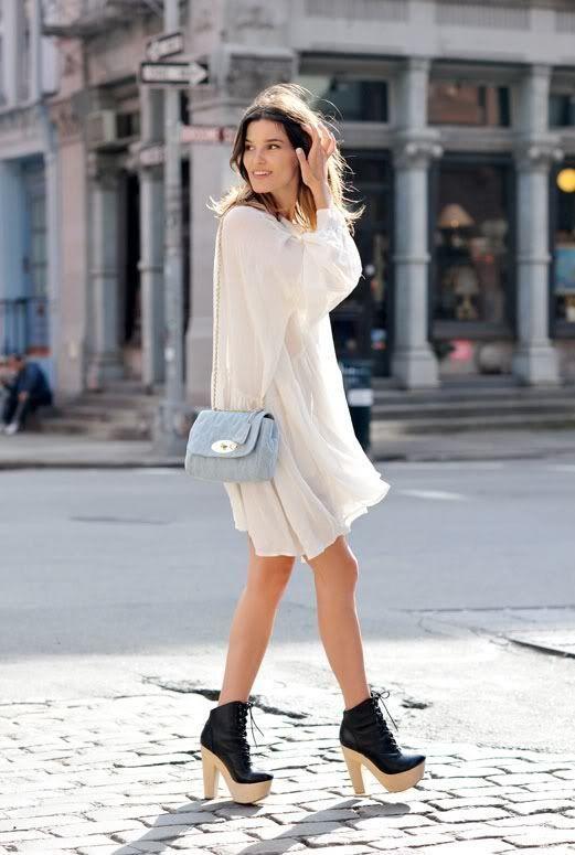 I ❤️ her cute mini dress and high heels, she has beautiful long legs💋💋
