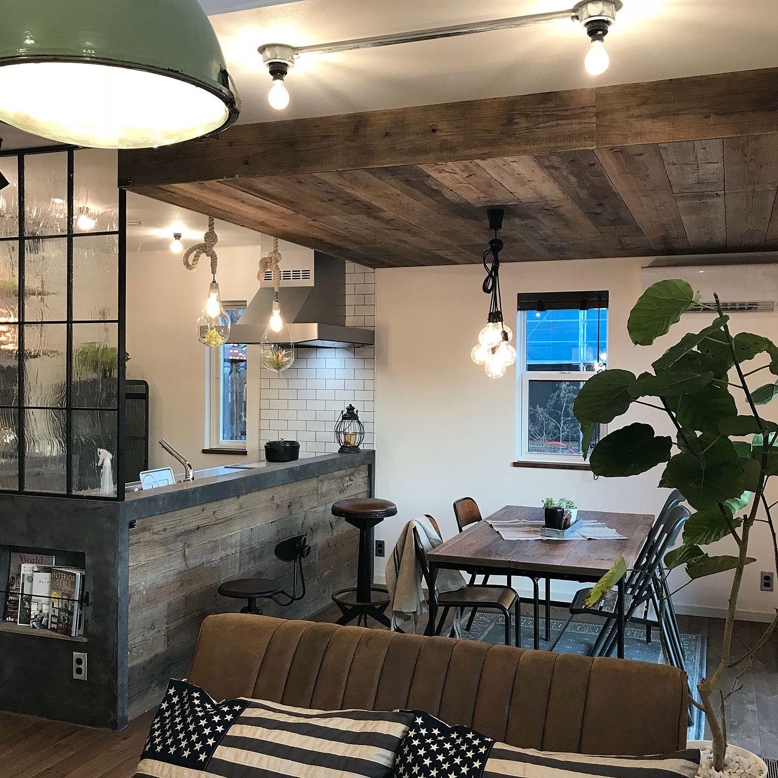 リビング インダストリアルな家 オープンハウス タイルのキッチン 完成