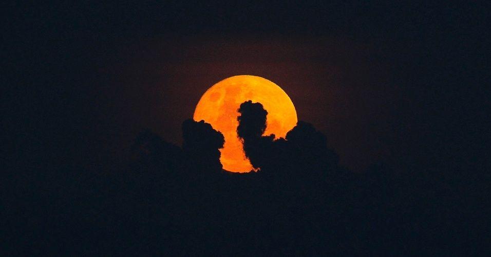 20151225 - O céu deste Natal é presenteado com uma bela Lua Cheia, o que não acontecia há 38 anos - desde 1977 - e que só voltará a ocorrer em 2034. Na imagem, a lua vista do Rio de Janeiro. PICTURE: Alexandre Brum/Agência O Dia/Estadão Conteúdo