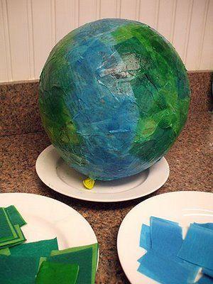Teen paperimassatyön: Yhdistä Maailma-jälkeen ja askartele lasten kanssa paperimassamaapallo! Maapallon voi tehdä jo vaikka heti syksyn/kevään aluksi ja viimeisellä kerralla voit yllättää lapset täyttämällä sen karkeilla ja muutamalla sen näin pinataksi :)