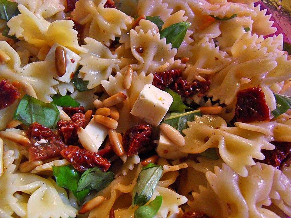 Nudelsalat Mit Getrockneten Tomaten Pinienkernen Schafskäse Und