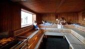Im Innenbereich befinden sich drei große Saunen, die Kristallsauna überzeugt alle Saunagänger mit viel Licht und heißen 95° C.