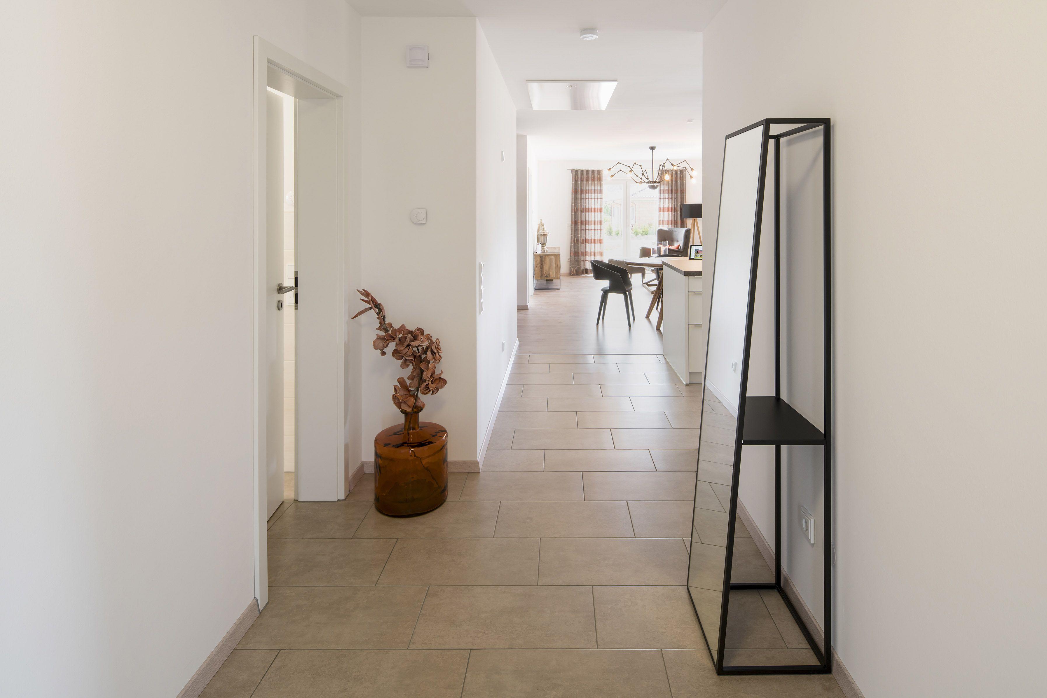 fertighaus wohnideen – flur diele regal mit spiegel in
