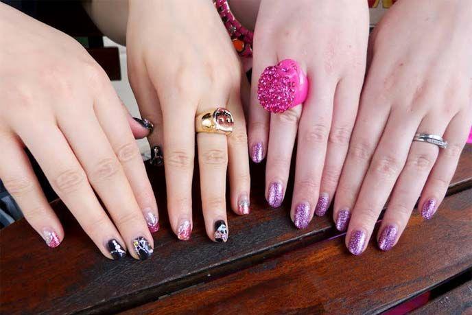 Pink skull ring and Japanese nail art. more fashion photos >> http ...