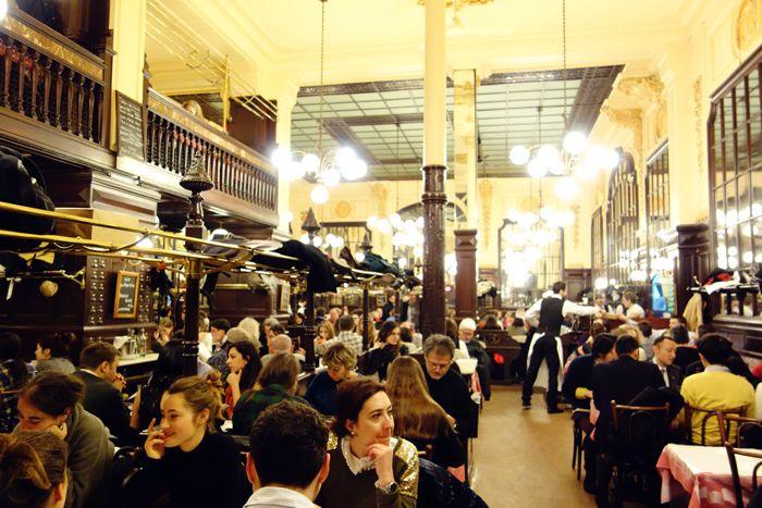Bij een bezoek aan Parijs hoort bij ons automatisch uit eten in Chartier. Het restaurant komt uit 1896 en de style is fin de siècle . Opgepoetst koper, marmer en obers in zwart en wit rennen af en…