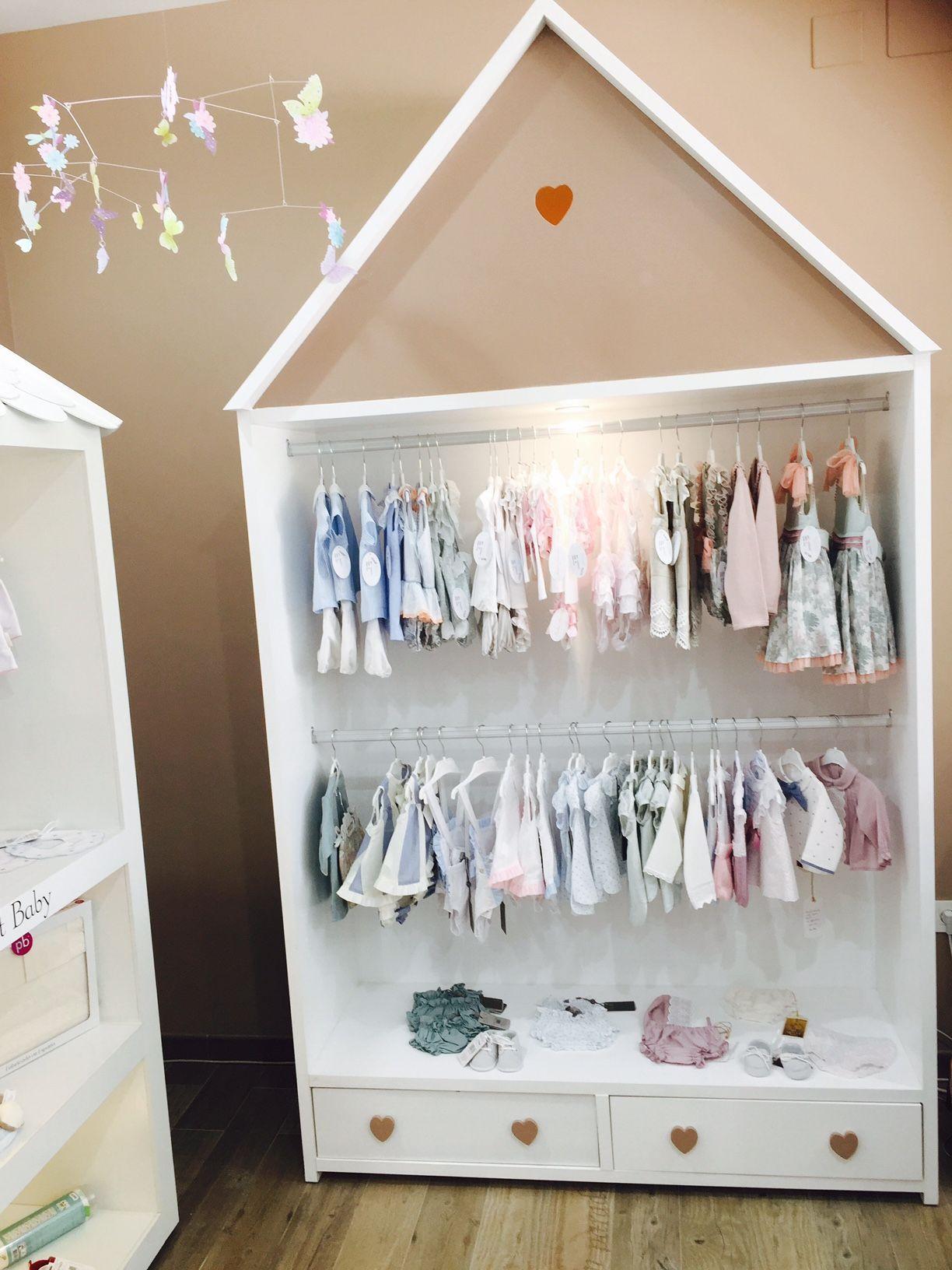Estanterias en forma de casita creadas especialmente para Blondin bebe Boutique  infantil. Tiendas con encanto