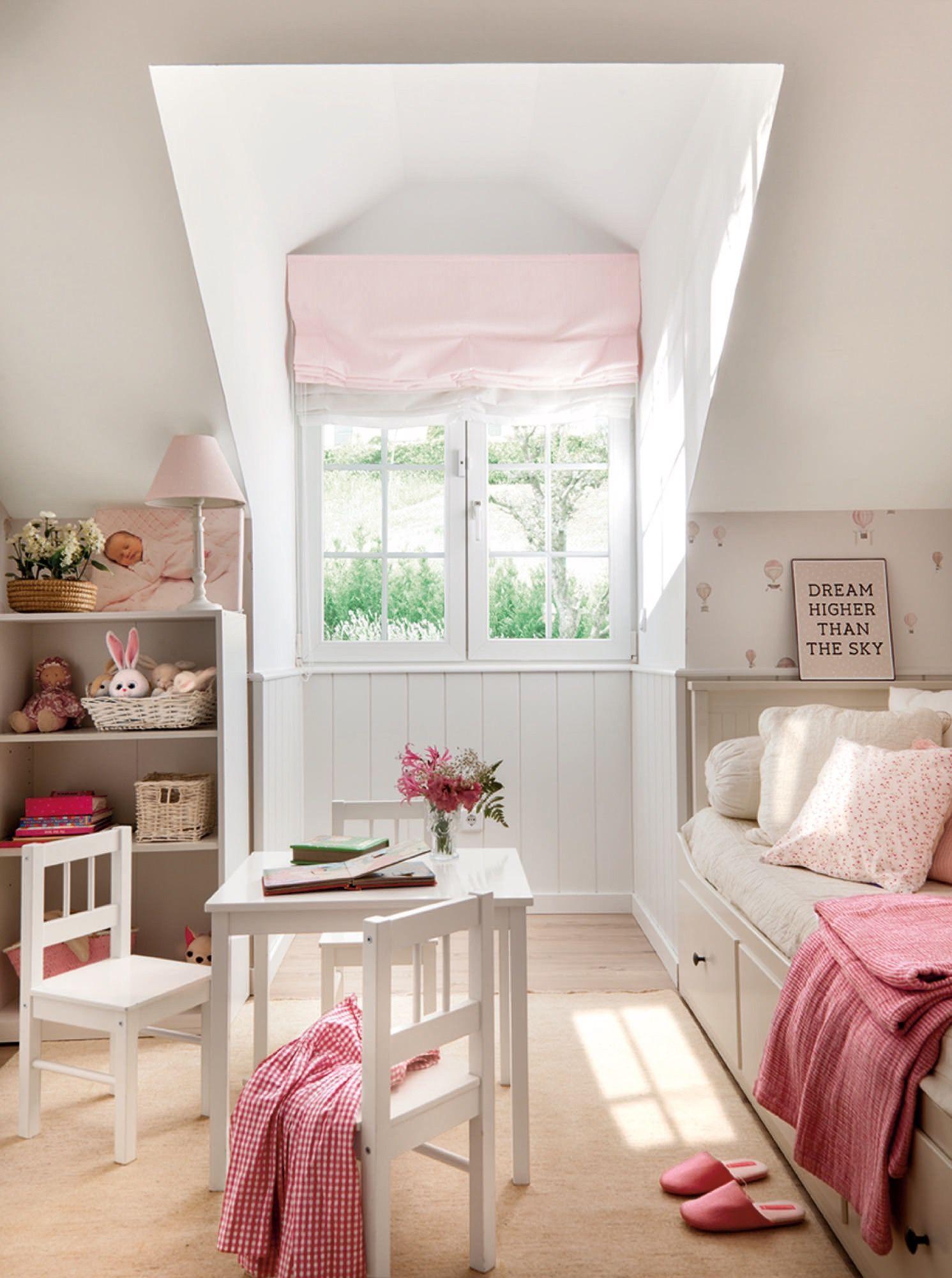 dormitorio infantil en rosa con mesita y estantería   Вдохновляющие ...