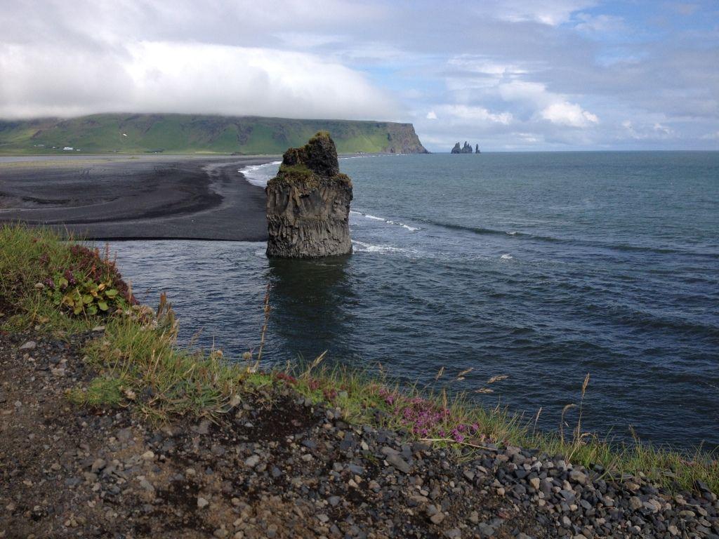 Versteinerte Trolle im Meer auf der Halbinsel Dyrhólaey bei Vik