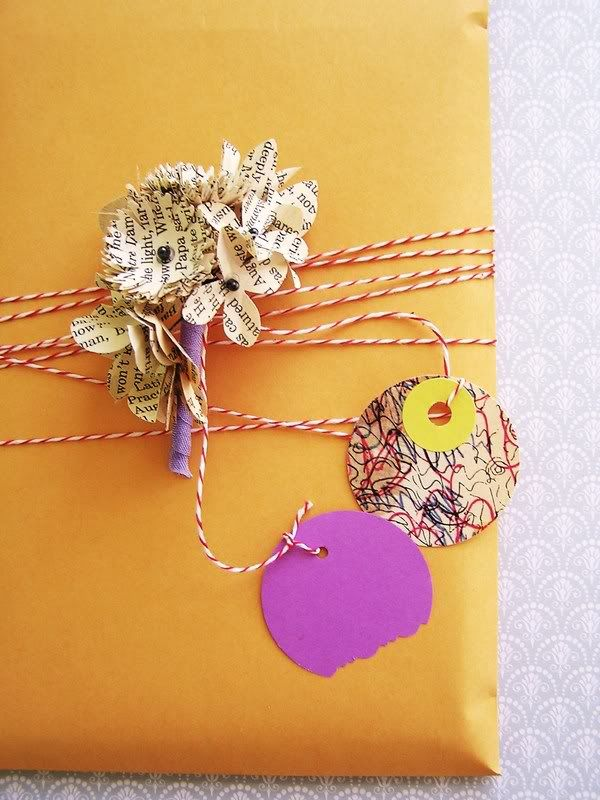 0cb33ca4632b5 Flores de hojas de libros con 2 etiquetas redondas