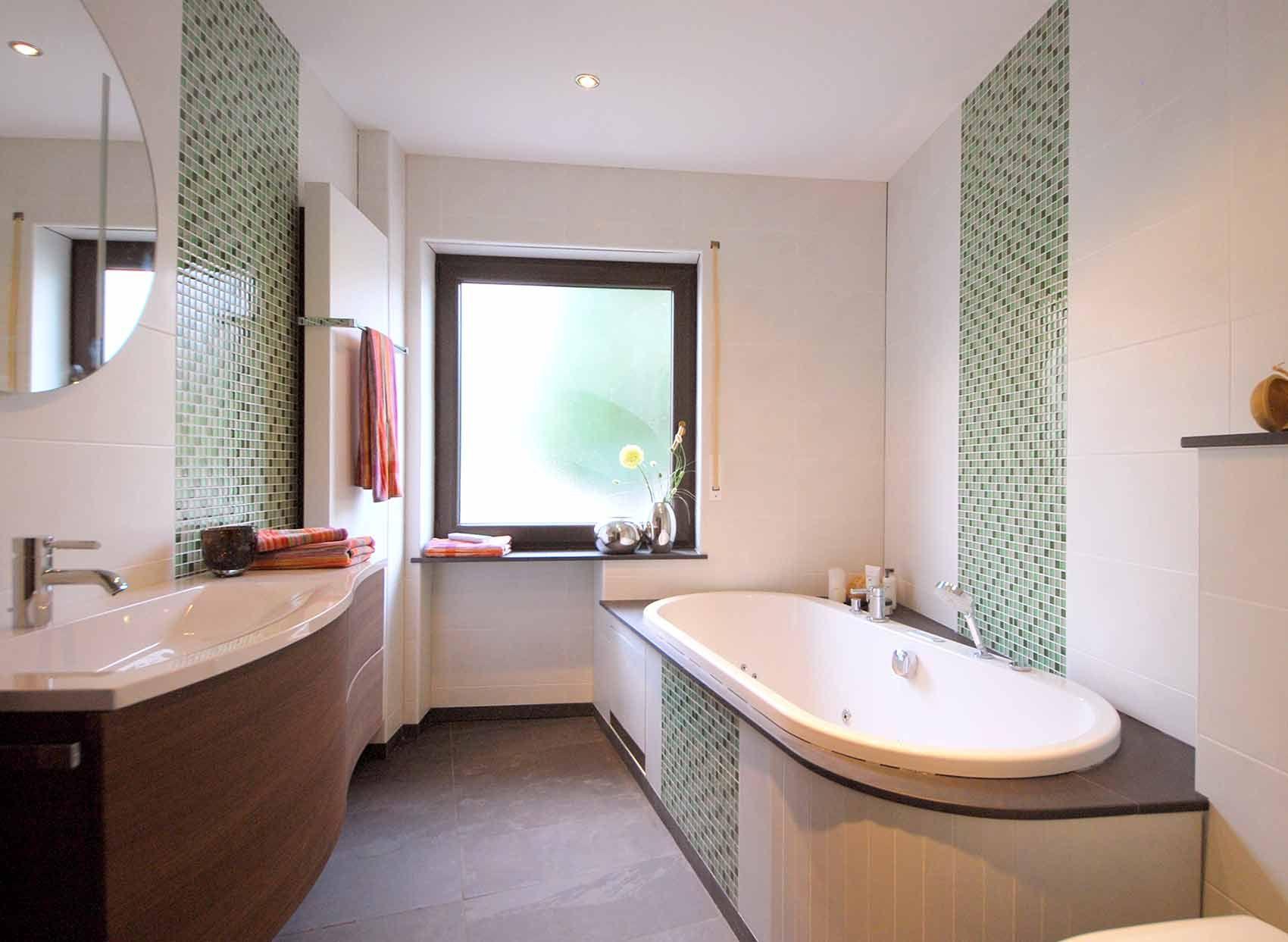 Badezimmer Fenster ~ Helles badezimmer mit weißen fliesen und grünem mosaik an den