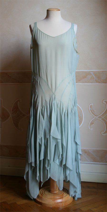 Evening dress 1920s. Totally something Bethany would wear, although it might have to go a few shades darker. :3