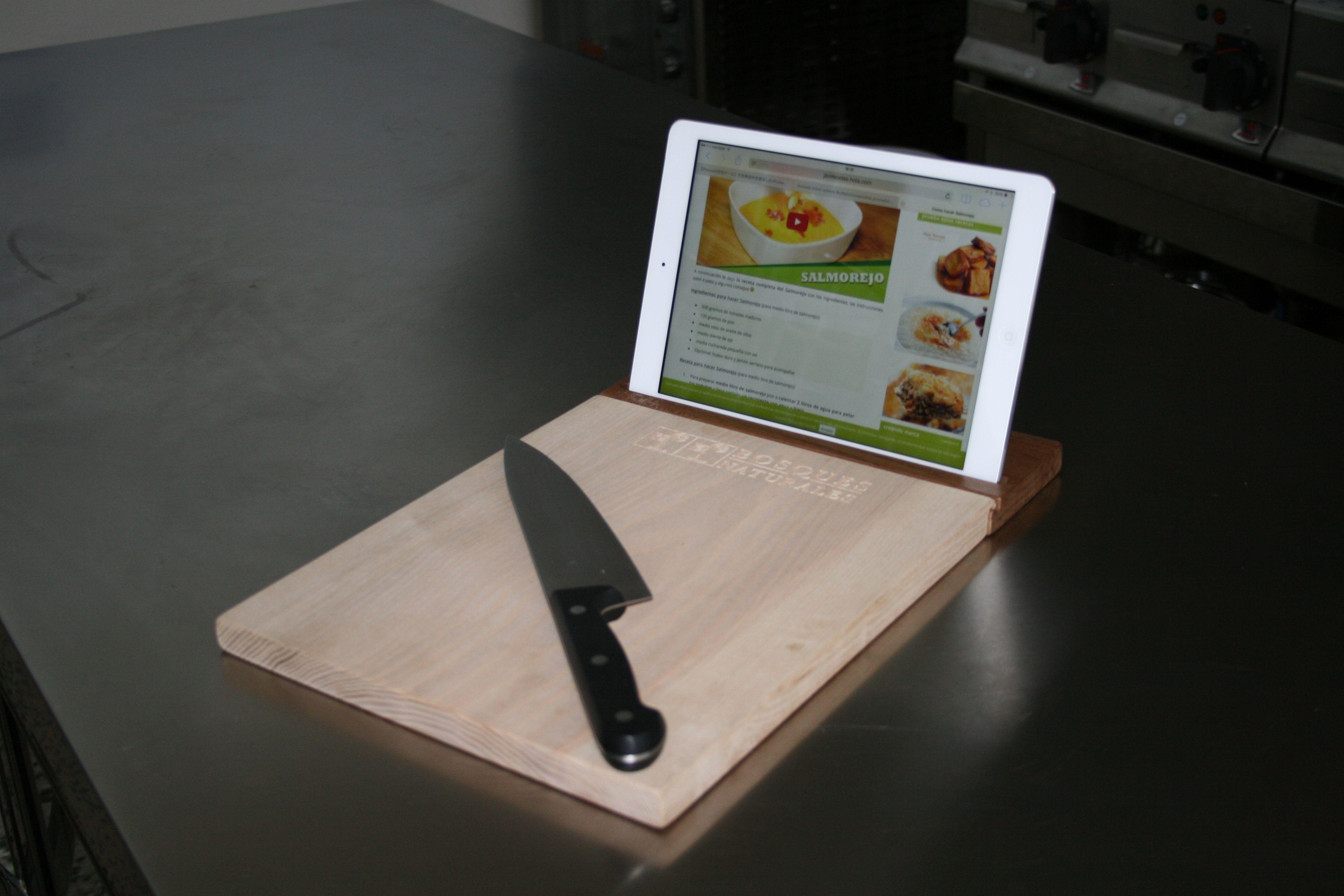 Soporte para tablet de nogal con tabla de cocina de fresno