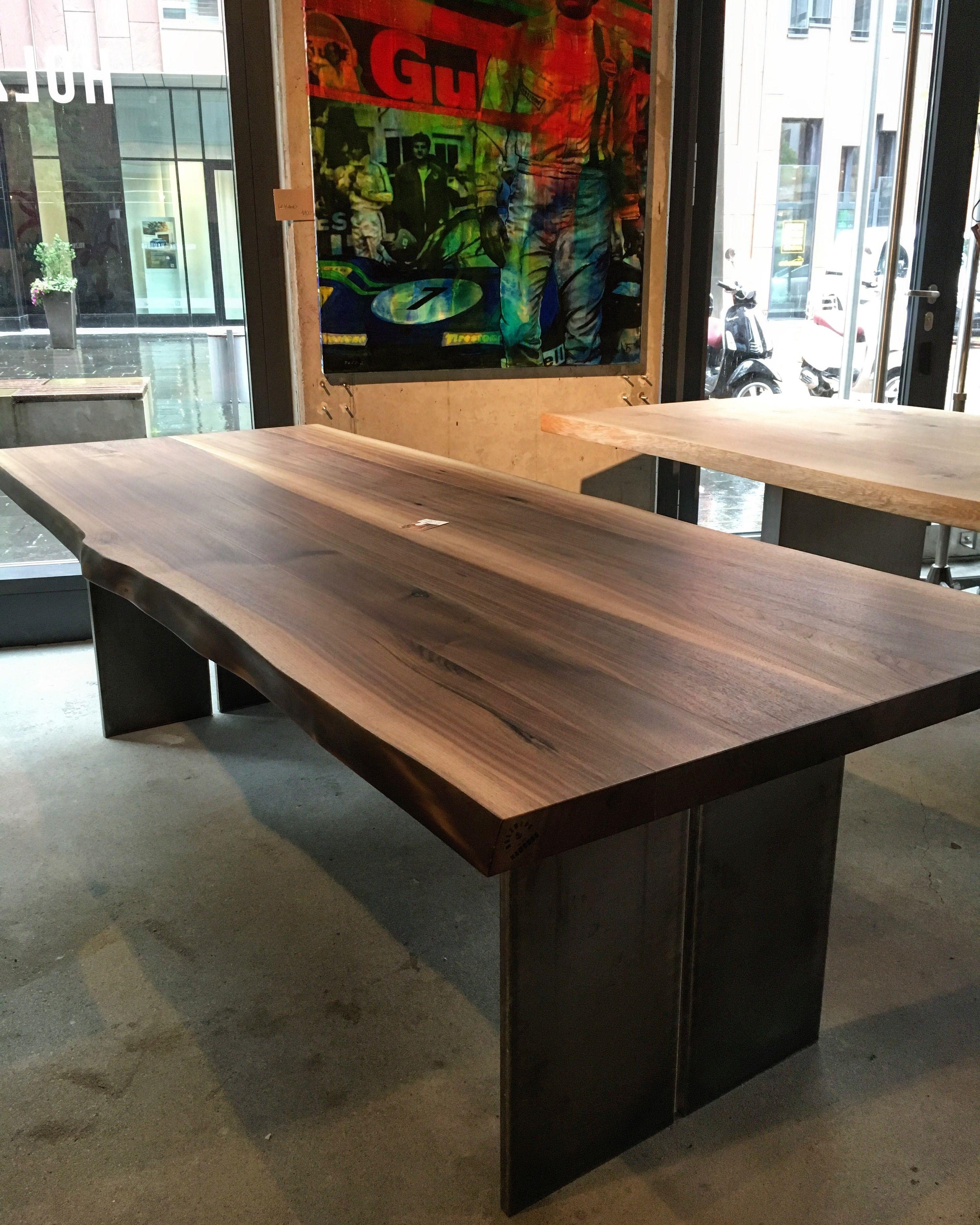 Massivholztisch Esstisch Tisch Baumtisch Holztisch aus Nussbaum-Holz mit natürlicher Baumkante. Das Tischgestell ist ein Wangengestell aus Stahl. www.holzwerk-hamburg.de
