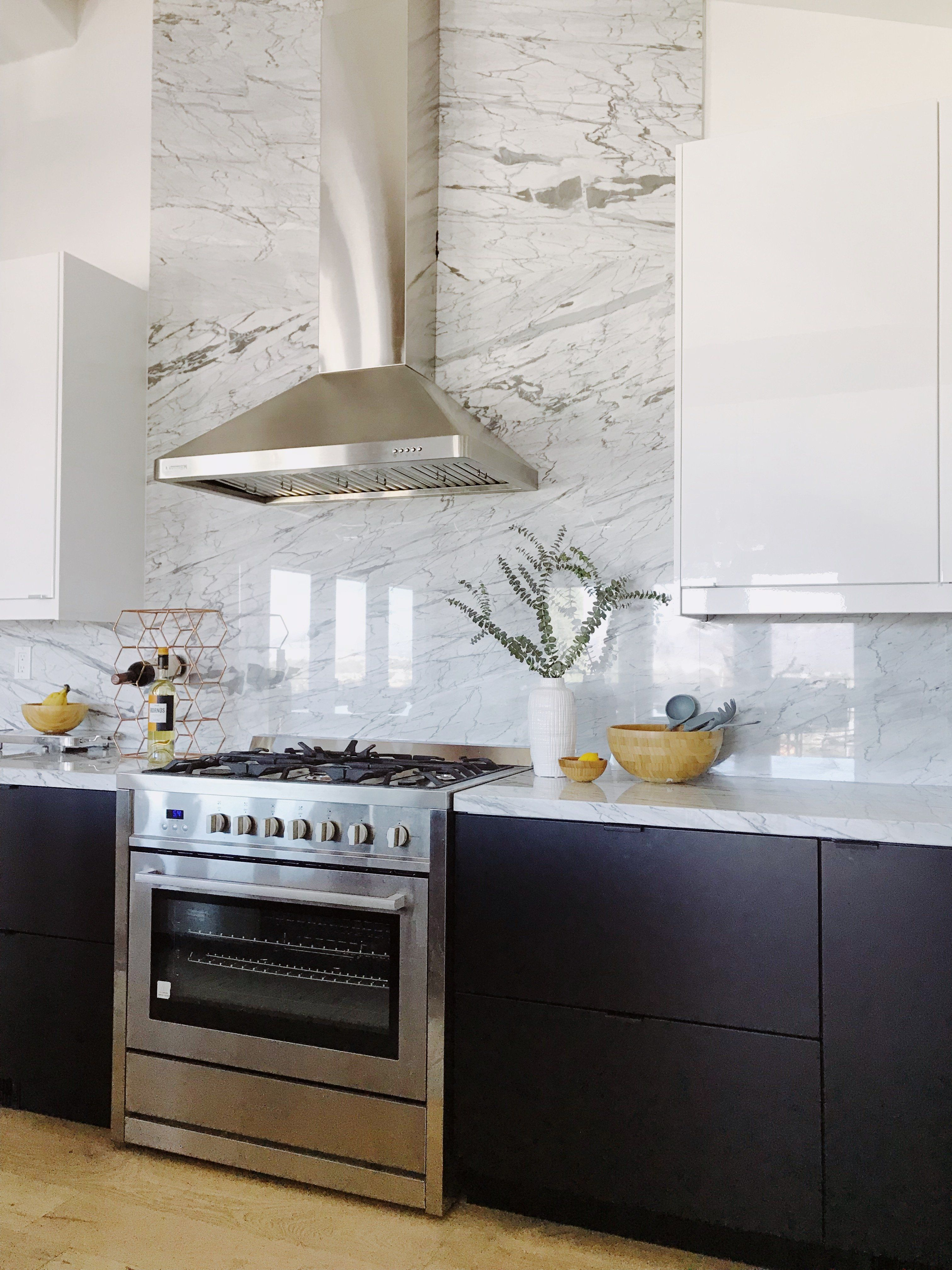 Amazing Black And White Kitchen With Marble Backsplash In 2020