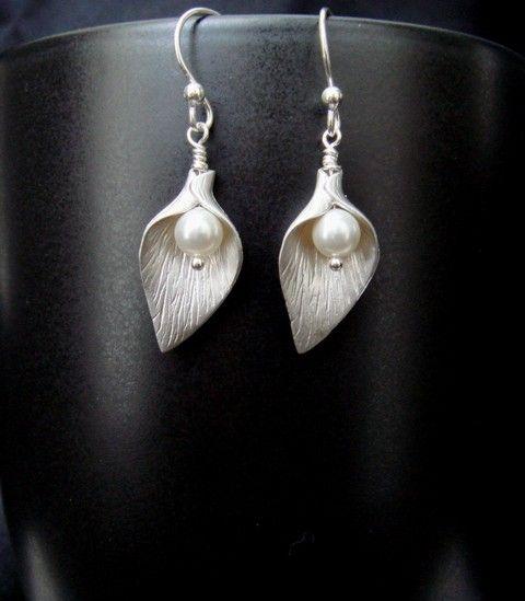 Calla Lily Earrings, White Pearl Earrings, Lily Jewelry, Silver Earrings, wedding jewelry, Flower girl, Bridesmaids gifts, Dainty Jewelry