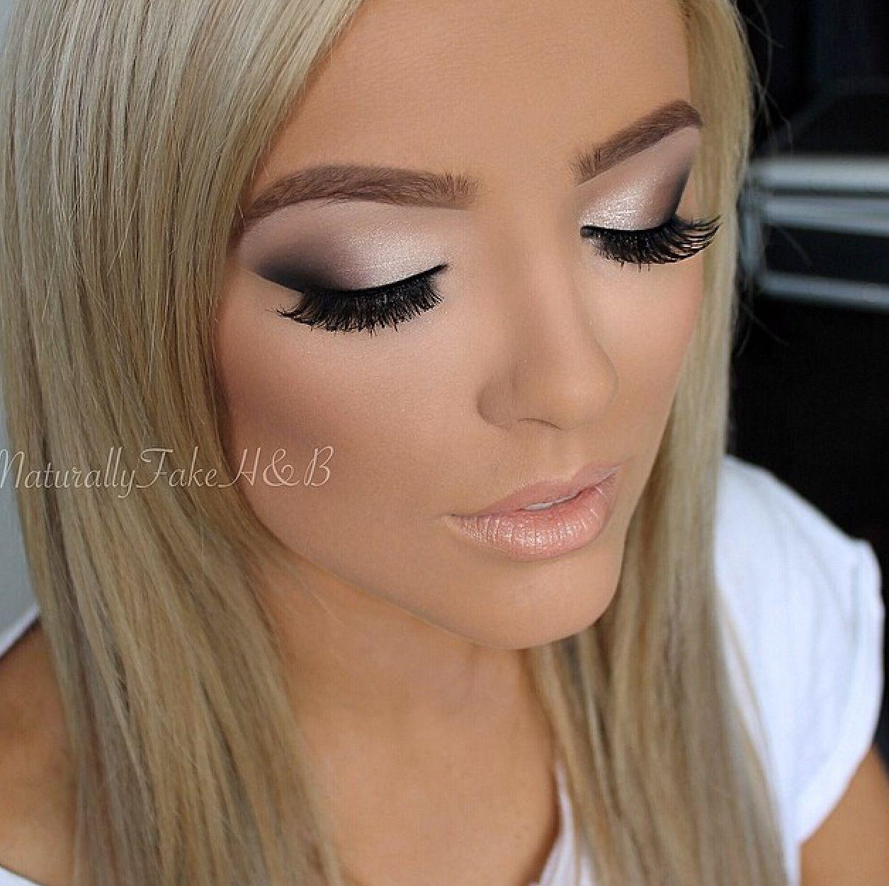Maquillaje en vestido negro