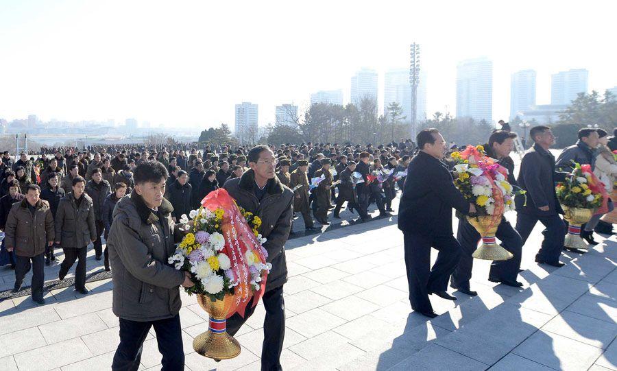 위대한 김일성동지와 김정일동지의 동상에 인민군장병들, 각계층 근로자들, 청소년학생들 꽃바구니 진정