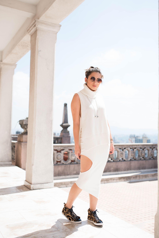 5 DICAS PARA FICAR CHIQUE USANDO TÊNIS   ANIMAL PRINT ANACAPRI Look all white, tricô gola alta com saia midi e tênis de onça cano alto