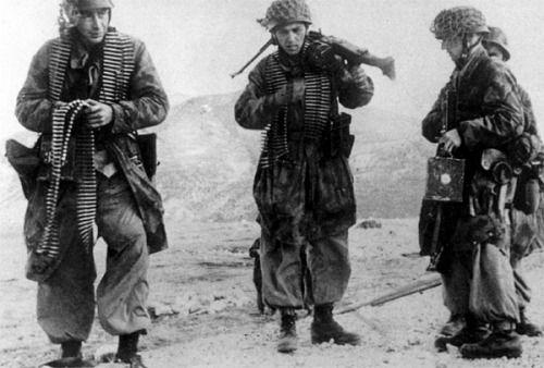 Une équipe MG bien fournie en munitions... L'ennemi n'a qu'à bien se tenir.....