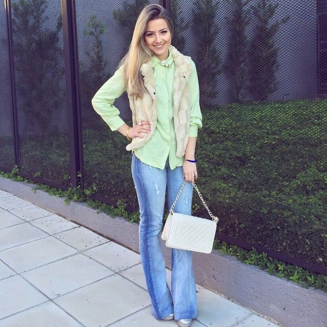 Calça flare + camisa + colete ❤ #look #jeans #fashion #lookdodia