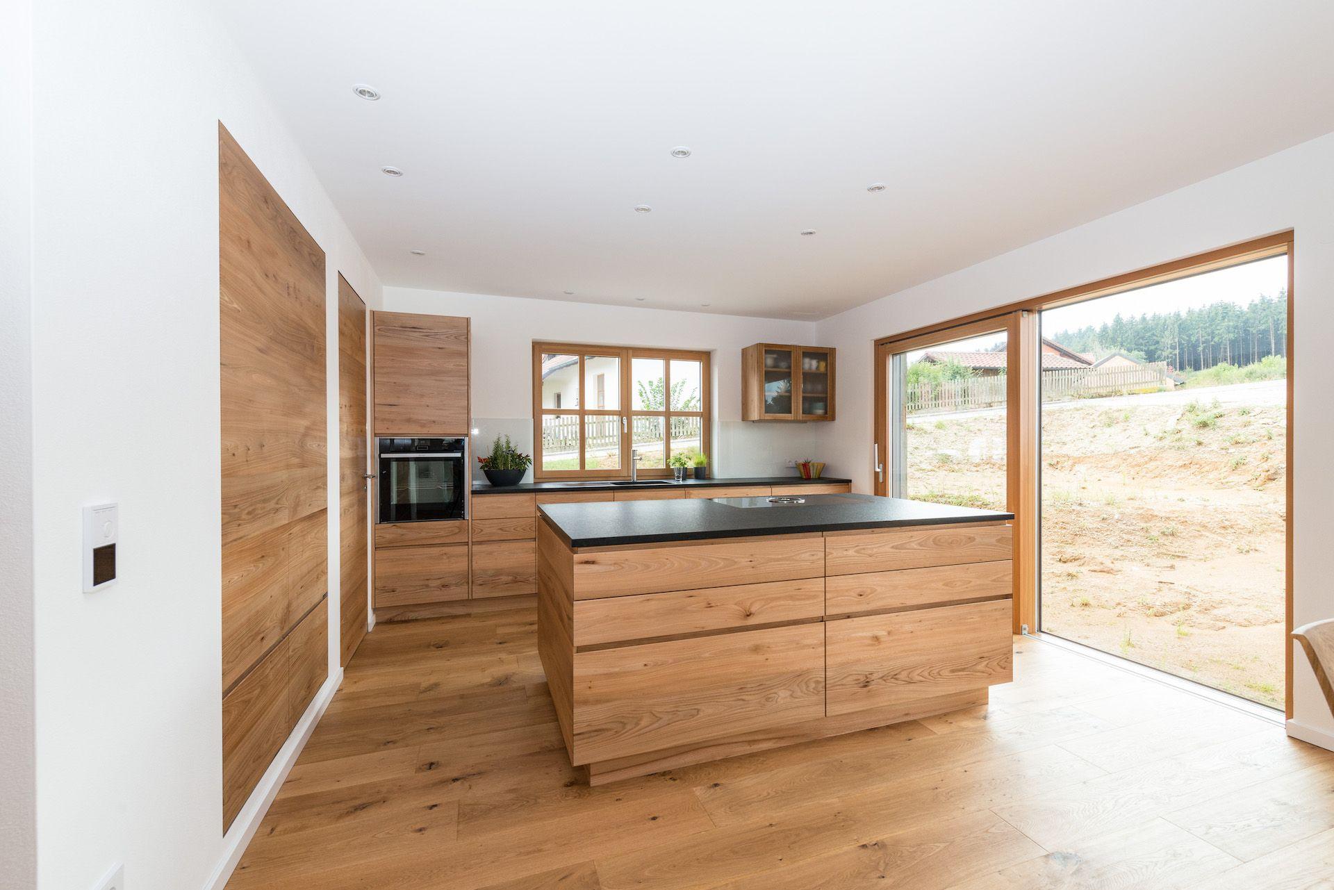 Photo of Una cucina in legno di olmo con frontali semplici e lisci. Il MA …