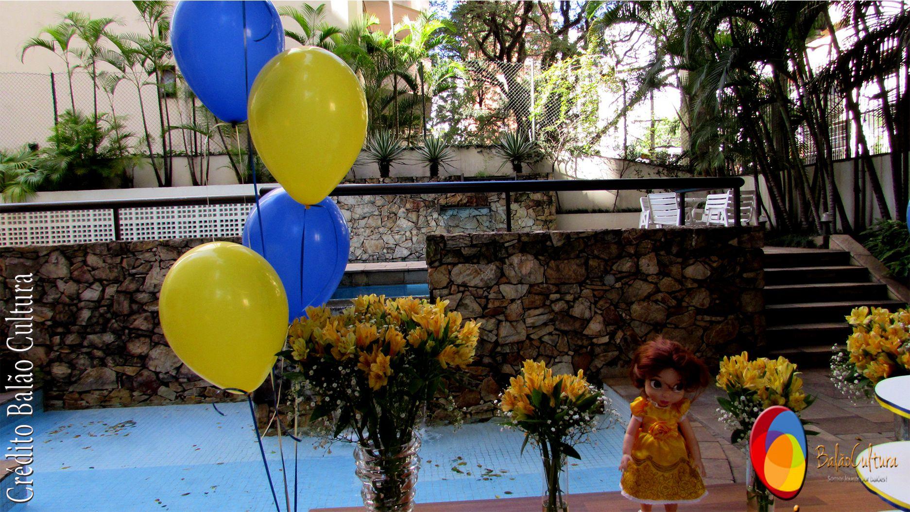 Na mesa de bebidas foram dispostos 2 bouquets com balões de 9 polegadas nas cores amarelo e azul acompanhando o tema.   Decoração de balões e balões: Balão Cultura. www.balaocultura.com.br  Caso precise de balões ou decoração de balões consulte nos. #balaocultura #qualatex #decoraçãobelaeafera #abelaeafera