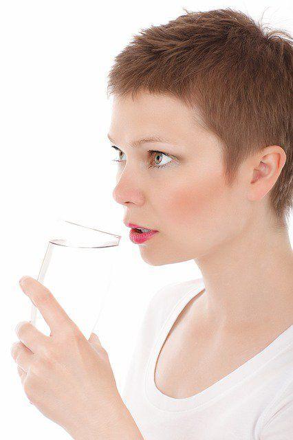 El agua es imprescindible para el ser humano, ya que ayuda a hidratar el cuerpo, y si no bebes una cantidad suficiente de agua, te puedes envenenar a tí mis ...