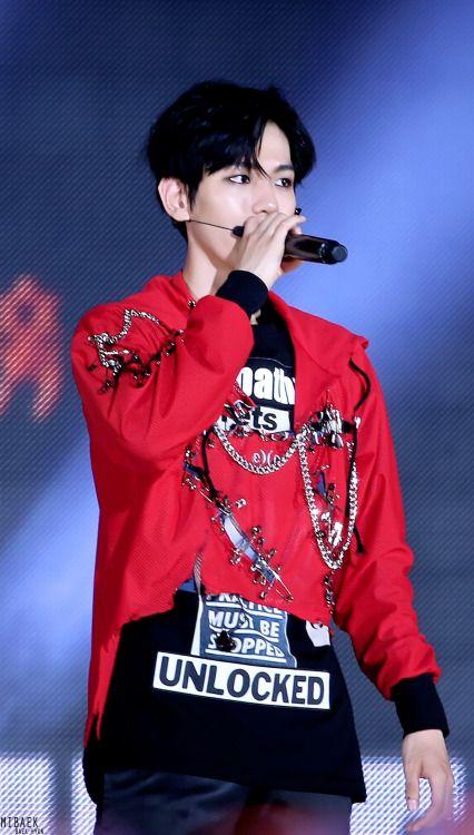 Baekhyun - 160618 2016 Suwon K-Pop Super Concert Credit: Mibaek. (2016 수원 케이팝 슈퍼콘서트)